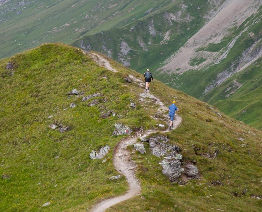Bergwanderer auf schmalen Pfaden