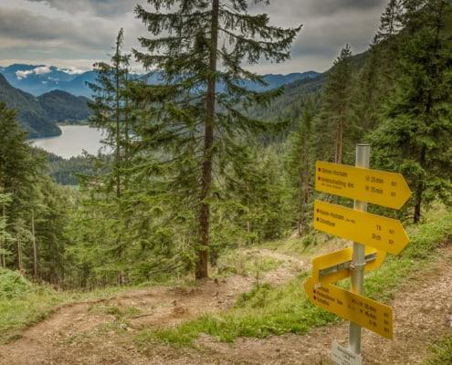 Wegweiser oberhalb des Hintersteiner Sees