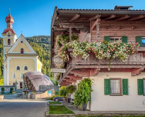 Gasthaus und Kirche in Going, wo auch Szenen des Bergdoktors gedreht wurden