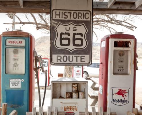 Alte Zapfsäule und Route 66 Schild in Hackberry