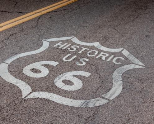Aufgemalt auf die Strasse: Zeichen historic Route 66