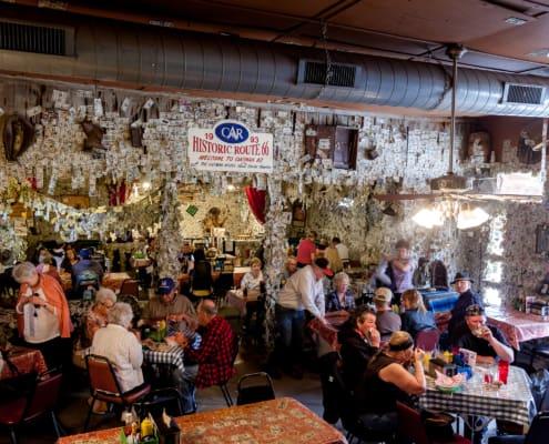 Ein Saloon mit ein Dollar Scheinen an den Wänden in Oatman
