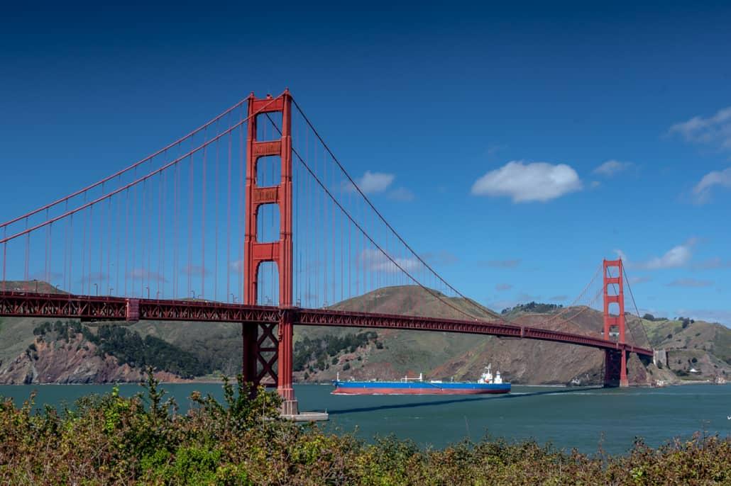 Schiff passiert Golden Gate Bridge