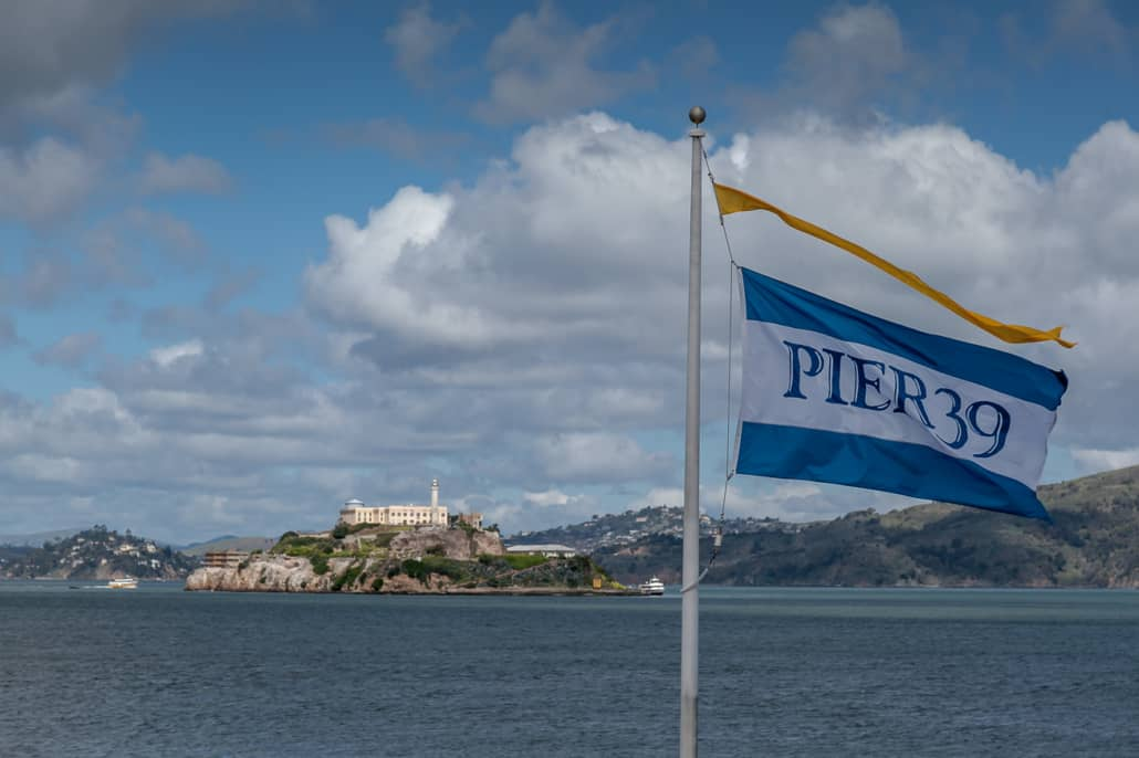 Flagge Pier 39 und Alcatraz im Hintergrund
