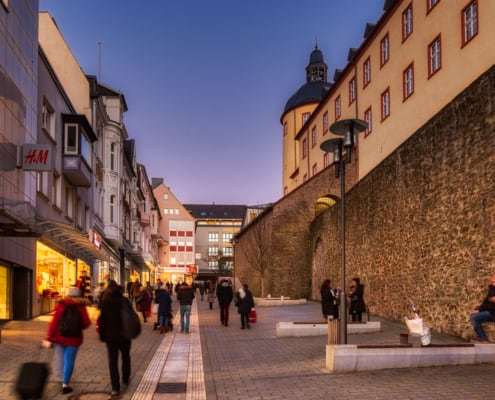 Fußgängerzone Kölner Tor mit dem Dicken Turm