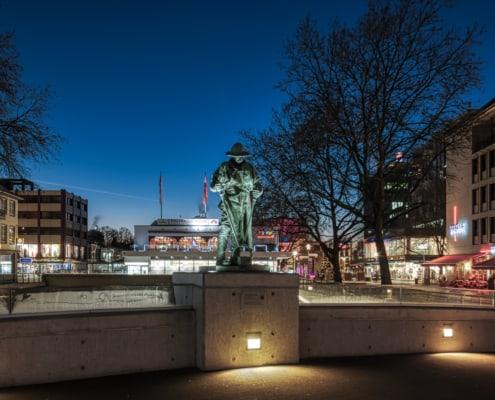 Hüttenmann Frieder auf der Siegbrücke im abendlichen Licht